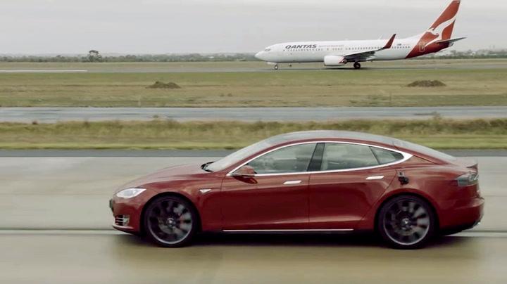 Sjekk kappløpet: Er en Tesla raskere enn et fly?