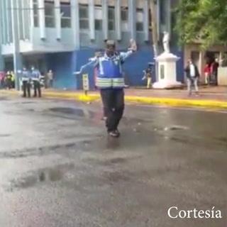 Policía hondureño se vuelve viral en TikTok por su peculiar baile