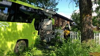 Bussjåfør kritisk skadd etter utforkjøring
