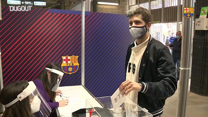 Los jugadores van a votar al Camp Nou (Elecciones del Barça 2021)