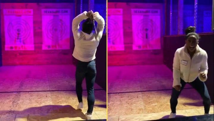 Simone Biles es una experta en gimnasia artística... y en lanzamiento de hacha