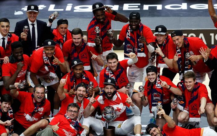 El Kirolbet Baskonia levante el trofeo de LigaEndesa 2019-20