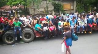 Caravana de migrantes de Honduras avanza con ayuda de tráiler