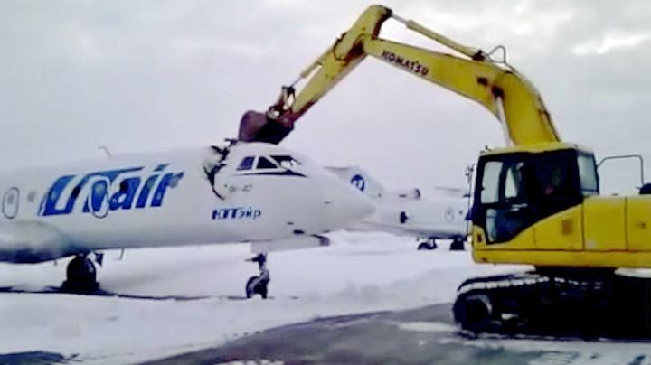 Russer knuste flyet med gravemaskin