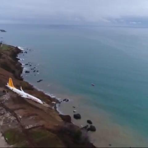 Un avión turco cayó por un acantilado y casi termina en el mar
