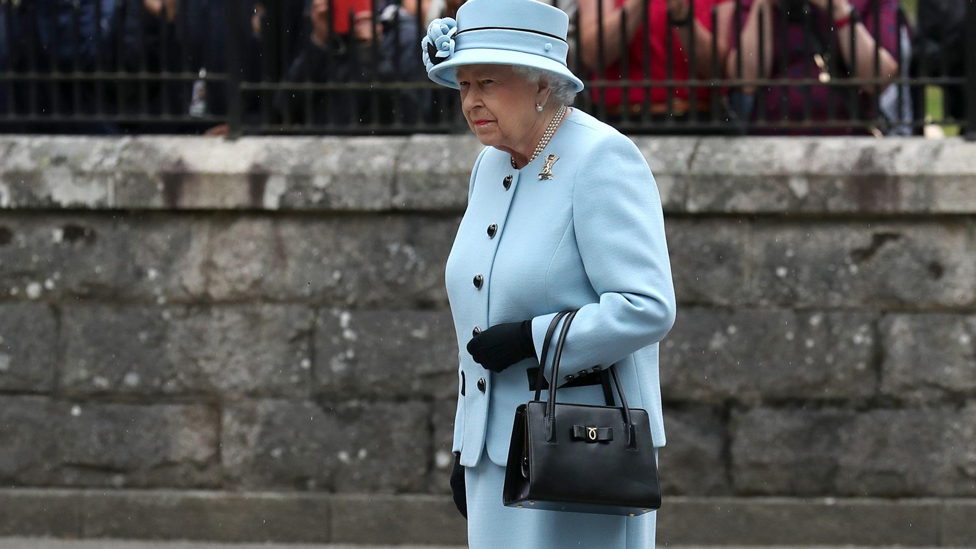 ¿Qué lleva la reina Isabel II en su bolso?