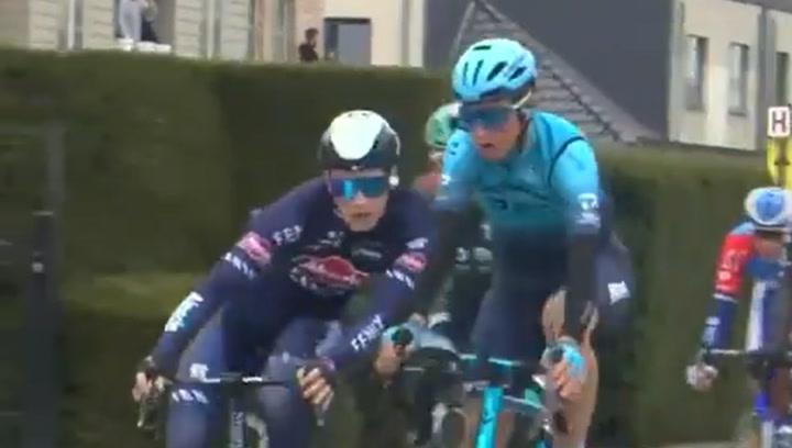 ¡Expulsados del Tour de Flandes por empujarse en plena carrera!