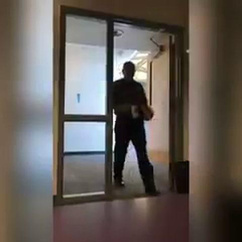 Un alumno grabó el saludo de un profesor durante seis meses