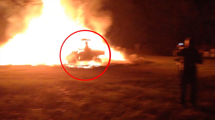 Kjører  åpen bil gjennom  enorme flammer
