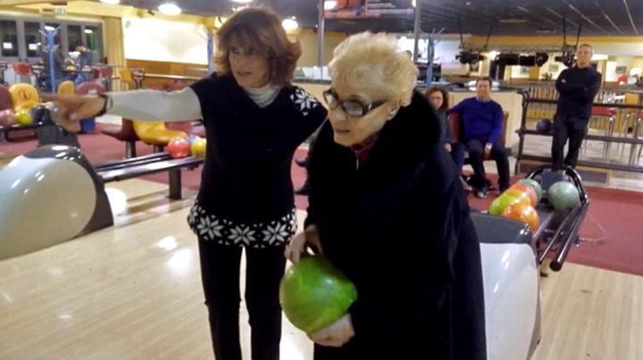 84-åringens første bowlingkast. Strike!