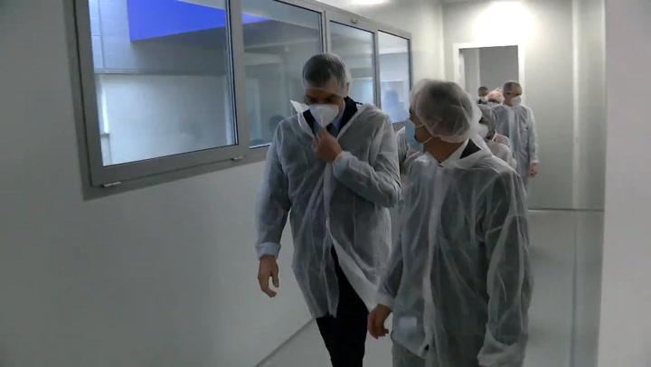 Pedro Sánchez visita la farmacéutica Hipra