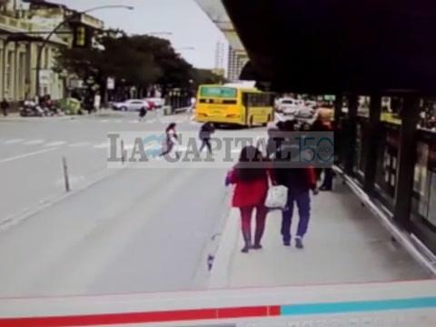 Un hombre fue atropellado por un micro en el carril del Metrobus