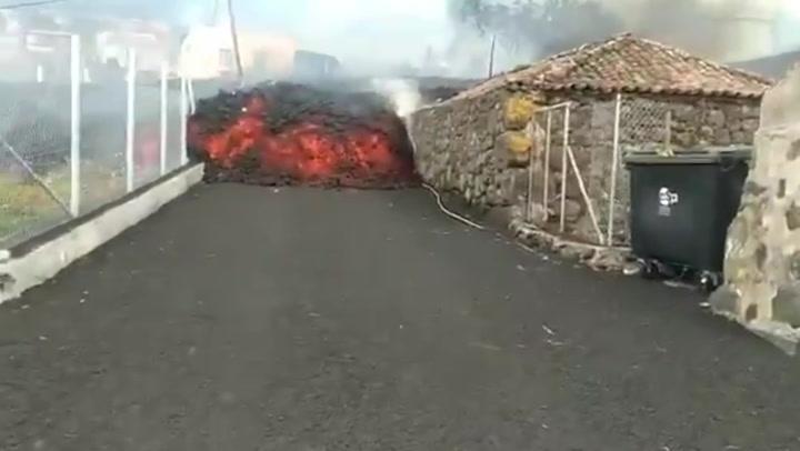 La Palma volcano: Lava pours down street towards firefighters