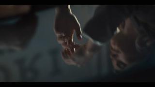 Tonje og Lene fra Farmen kysser ømt i het reklamefilm