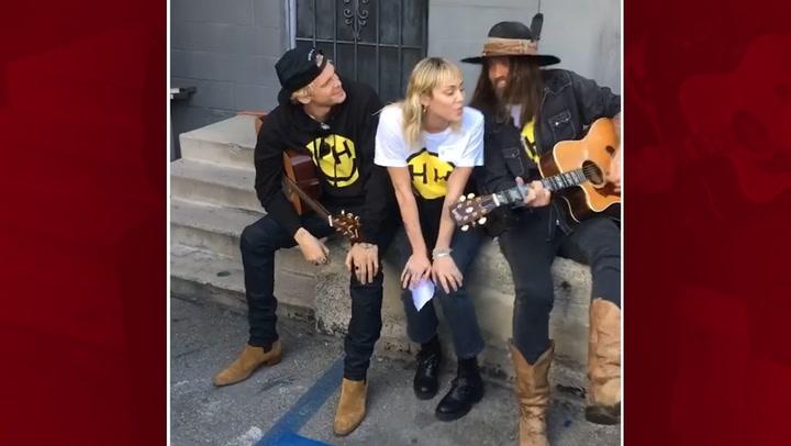 ¡Lo nunca visto! Miley Cyrus, su padre y su novio han formado nuevo trío musical