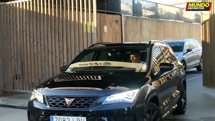 Ramon Planes y Óscar Grau salen de las oficinas del F.C. Barcelona tras un día intenso