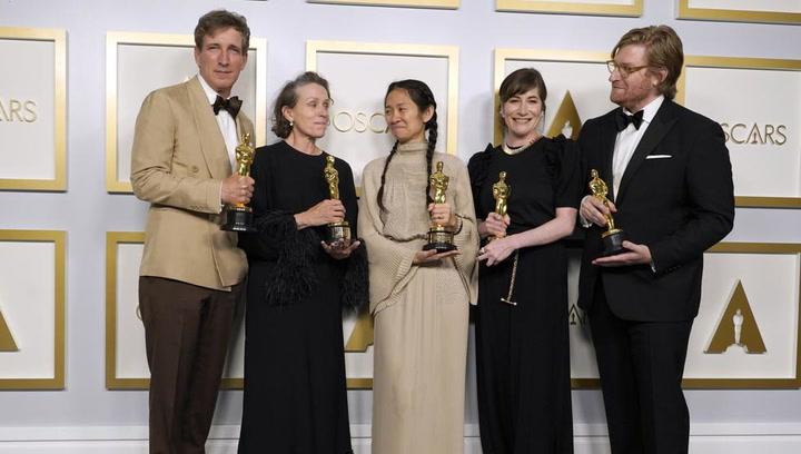 'Nomadland', triunfa en la noche de los Oscar con mejor película, dirección y actriz
