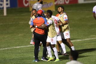 Pedro Troglio pierde los estribos e ingresa al campo para reclamar la expulsión de Deiby Flores