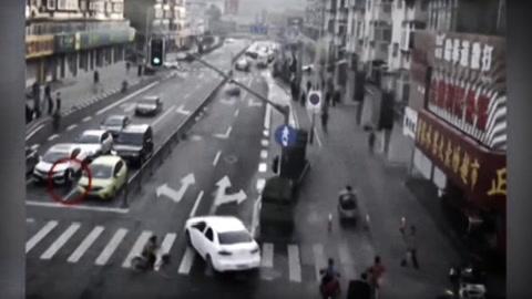 Levantaron un auto a mano para rescatar a un niño que había sido atropellado