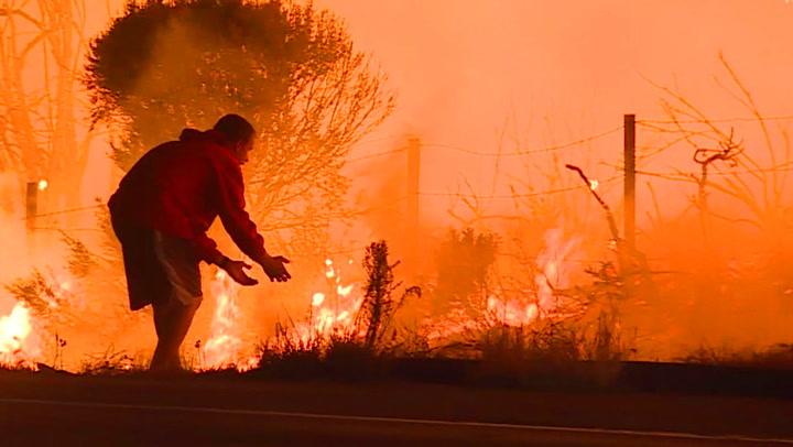 Flammene herjer –så oppdager han kaninen