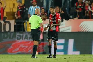 Henry Figueroa se salva de la expulsión por falta contra Alberth Villalobos