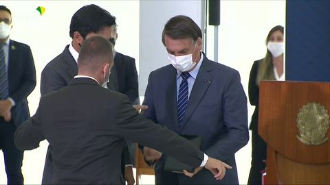 Bolsonaro insinúa que China creó la pandemia para lanzar una