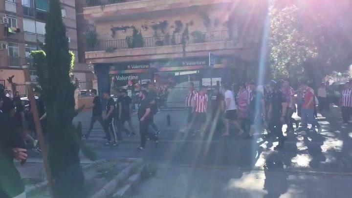 Miembros del Frente Atlético escoltados por la policía