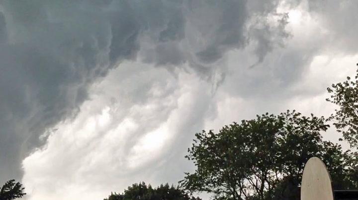 Mystiske skyer fyller himmelen