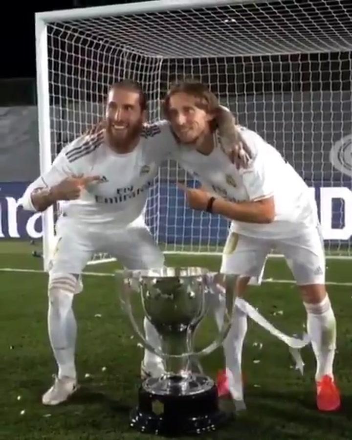 Luka Modric posó con el trofeo de la Liga 2019-20 acompañado de Sergio Ramos