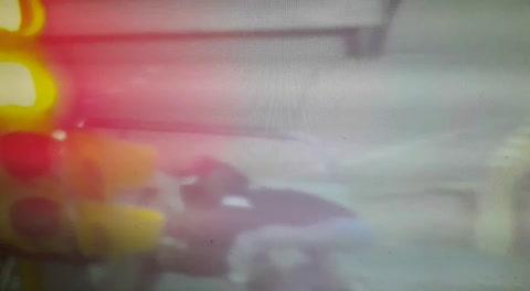 Tres menores le robaron el arma a una mujer policía