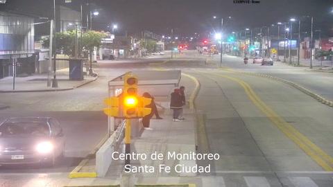 Un video muestra como le roban el arma a una mujer policía