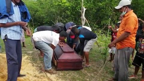 Indígenas misquitos hondureños entierran a sus muertos del naufragio