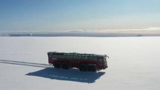 Un bus turístico gigante recorre un glaciar amenazado de Islandia