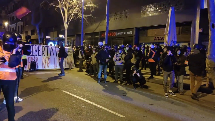 Unos 500 manifestantes en Barcelona claman a favor de Hasel y lanzan objetos a los Mossos