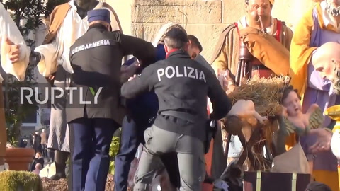 Irrumpió en topless en el Vaticano para robar en el pesebre
