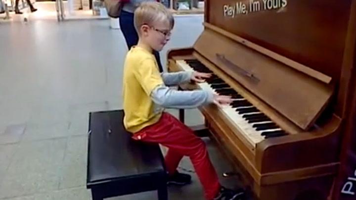 Selvlært åtteåring underholder togreisende med klassisk mesterverk