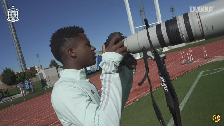 Ansu Fati acts as the Spanish national team's photographer