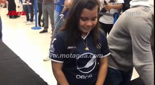 ¡Conmovedor! Niña aficionada del Motagua llora tras conocer a sus ídolos