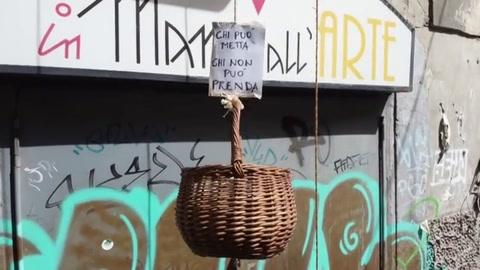 De los balcones de Nápoles suben y bajan las cestas de la solidaridad