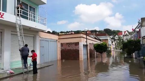 Militares y rescatistas auxilian a damnificados por lluvias en México