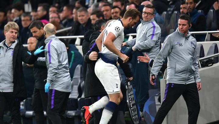 Harry Kane salió con muletas del estadio