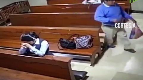 Un ladrón roba a una mujer en una iglesia de Ecuador cuando esta reza