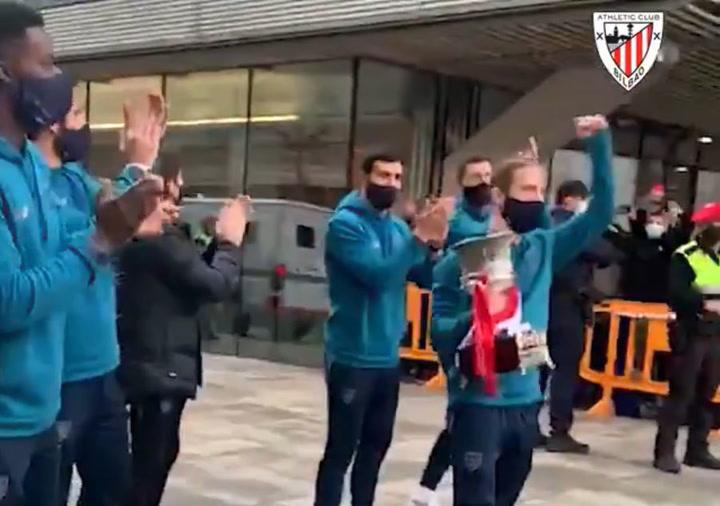 Espectacular recibimiento al Athletic en el Ayuntamiento de Bilbao