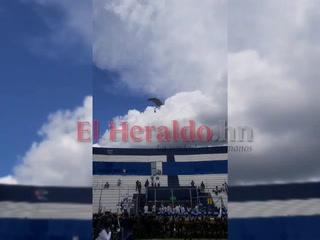 Momento en que paracaidista cae fuera del Estadio Nacional
