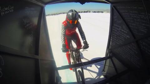 Una ciclista bate el récord de velocidad desplazándose más deprisa que un Airbus en despegue