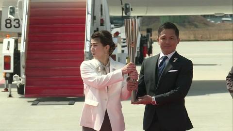 La llama olímpica aterriza en Japón pese a las dudas sobre Tokio-2020