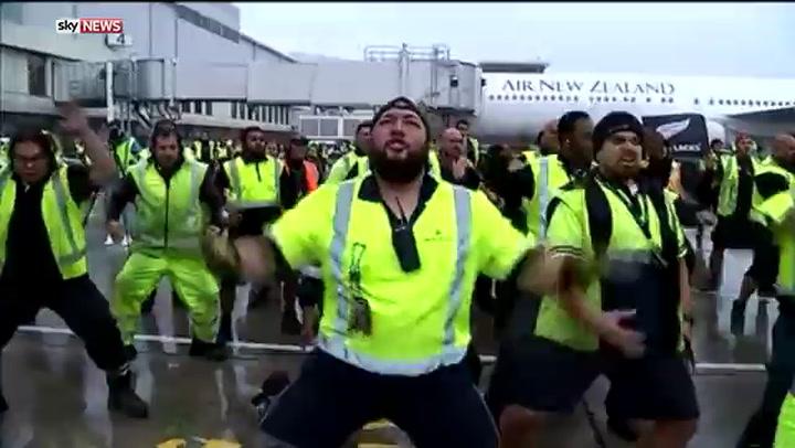 Personeel vliegveld doet haka