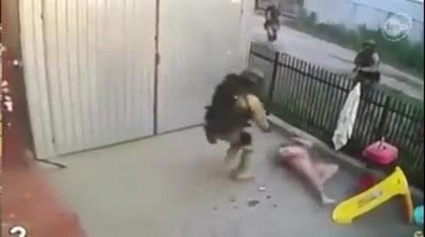 Intenta escapar de la policía y lo atrapan al caer desnudo por la ventana
