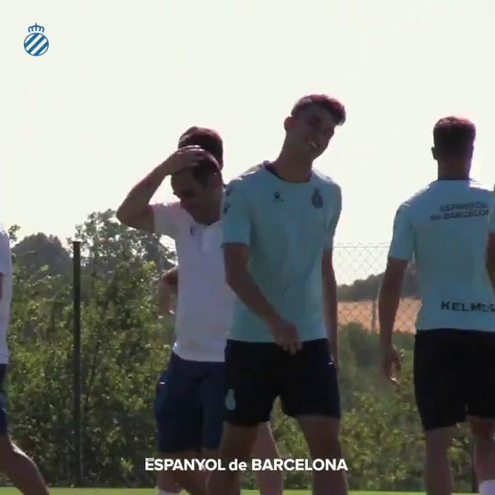 Pasillo de 'collejas'  a Marc Roca por llegar al stage del Espanyol como campeón de Europa