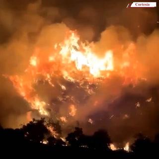 Llamas de hasta 100 pies de altura han provocado los incendios forestales en California, EEUU